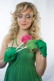 Blond kobieta trzyma dwa lizaka zdjęcie royalty free