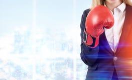 Blond kobieta w bokserskich rękawiczkach w biurze Zdjęcia Royalty Free