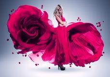 Blond kobieta w długiej menchii róży sukni Fotografia Stock