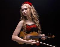 Blond kobieta w wianku z skrzypce Obraz Royalty Free