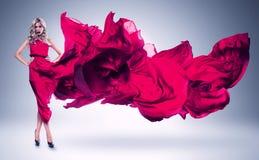 Blond kobieta w wietrznej menchii sukni Obraz Royalty Free