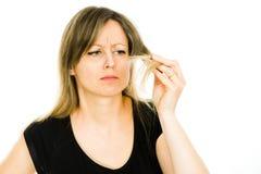 Blond kobieta widzieć problem z długimi prostymi włosami - gospodyni domowa - fotografia royalty free