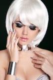 Blond kobieta z Białym Krótkim włosy. Fryzura. Kraniec. Zawód Zdjęcia Royalty Free
