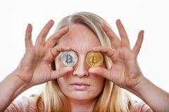 Blond kobieta z bitcoin monetą fotografia royalty free