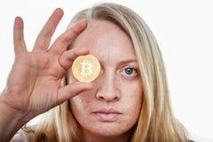 Blond kobieta z bitcoin monetą zdjęcia stock