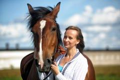 Blond kobieta z koniem Fotografia Royalty Free