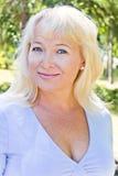 Blond kobieta z sapphirine oczami zdjęcia royalty free