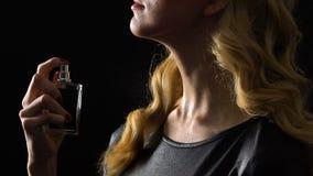 Blond kobiety opryskiwania pachnidła na szyi, uwodzicielski perfumowanie, pheromones w flirtować zbiory