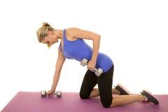 Blond kobiety sprawności fizycznej błękitny zbiornik klęczy ciężaru spojrzenia puszek Obraz Royalty Free