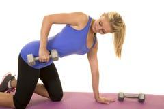 Blond kobiety sprawności fizycznej błękitny zbiornik klęczy dźwignięcia spojrzenie przy ciężarem Zdjęcia Royalty Free