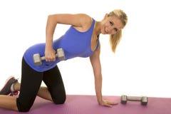 Blond kobiety sprawności fizycznej błękitny zbiornik klęczy dźwignięcie ciężaru spojrzenie Fotografia Royalty Free