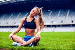 Blond konditionkvinna på stadion Royaltyfri Fotografi