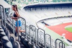 Blond konditionkvinna på stadion Arkivfoton