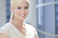Blond kvinna eller affärskvinna med blåa ögon Arkivbilder
