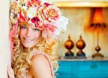 Blond kvinna för barockt mode med blommahatten arkivfoton