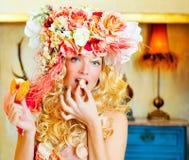Blond kvinna för barockt mode som äter donaen Royaltyfria Foton