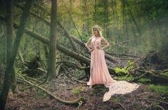Blond kvinna för modevårsommar med perfekt hud Arkivfoton