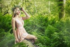 Blond kvinna för modevårsommar med perfekt hud Arkivbilder