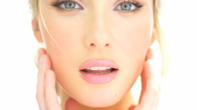 Blond kvinna för skönhet som trycker på hennes framsida lager videofilmer