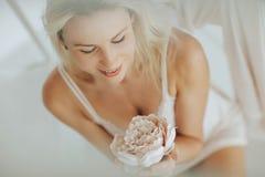 Blond kvinna för stående som poserar i vit damunderkläder royaltyfri fotografi