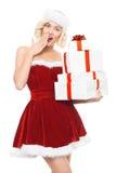 Blond kvinna för härlig yound som den santa flickan med gåvor Arkivfoto