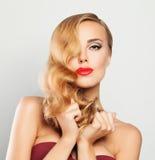 blond kvinna Ganska hår, makeup, Hollywood våghår Royaltyfria Bilder