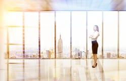 Blond kvinna i det tomma New York kontoret Arkivbilder