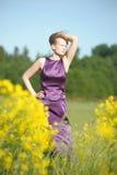 Blond kvinna i en purpurfärgad klänning Royaltyfria Bilder