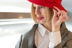 Blond kvinna i en Red Hat Royaltyfria Foton
