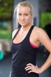 Blond kvinna i genomköraredräkt på konditionidrottshallen Royaltyfria Bilder
