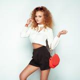 Blond kvinna i sommarblus och kortslutningar arkivbild