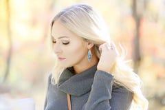 Blond kvinna i utomhus- stående Arkivbilder