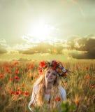 Blond kvinna i vetefältet Royaltyfri Foto