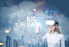 Blond kvinna i VR-exponeringsglas, stora data Royaltyfri Foto