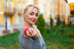 Blond kvinna med äpplet Arkivfoto