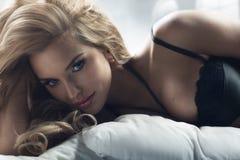 Blond kvinna med att förbluffa ögon Arkivfoto
