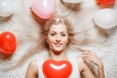 Blond kvinna med ballonger Fotografering för Bildbyråer