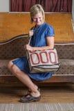 Blond kvinna med den kräm- och röda mönstrade handväskan royaltyfri foto