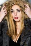 Blond kvinna med den nordiska hatten Royaltyfri Fotografi