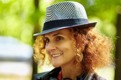 Blond kvinna med den utomhus- hatten Royaltyfri Foto