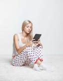 Blond kvinna med eBook Royaltyfri Fotografi