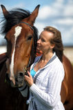 Blond kvinna med en häst Arkivbilder
