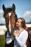 Blond kvinna med en häst Royaltyfri Fotografi