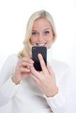 Blond kvinna med en smartphone arkivbilder