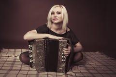 Blond kvinna med ett dragspel Arkivfoto