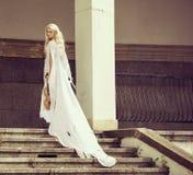 Blond kvinna med fiolen Royaltyfri Bild