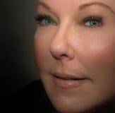 Blond kvinna med gröna blåa ögon Arkivbild