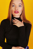 Blond kvinna med härligt långt hår och ljus makeup Royaltyfria Bilder