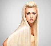Blond kvinna med långa raka hår Royaltyfri Fotografi