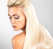 Blond kvinna med långt rakt hår Arkivbilder